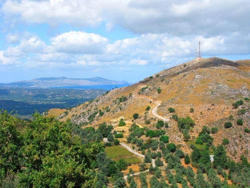 Ελλάδα, Κρήτη, πανοραμική άποψη, γραφικό τοπίο με τη θάλασσα και με το δρόμο με πολλ'ες στροφές στα βουνά στοκ εικόνες με δικαίωμα ελεύθερης χρήσης