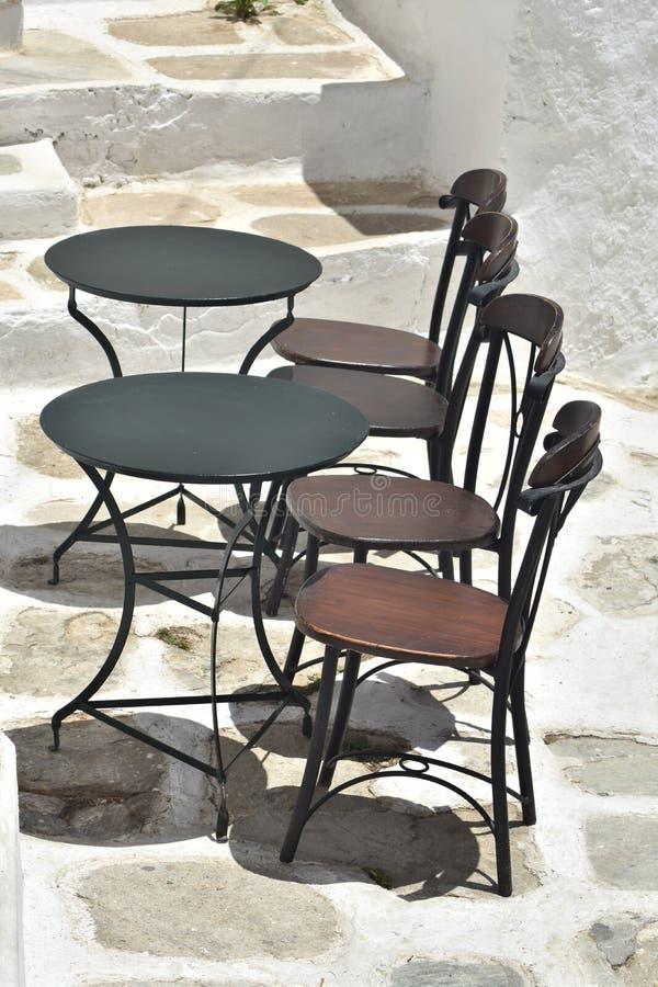 Ελλάδα, το νησί Ios, πίνακες taverna και καρέκλες στοκ φωτογραφία