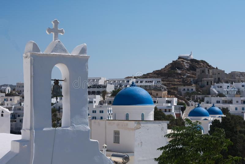 Ελλάδα το νησί Ios, των εκκλησιών και των μπλε θόλων στο παλαιό χωριό στοκ εικόνες με δικαίωμα ελεύθερης χρήσης