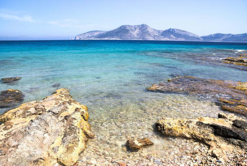 Ελλάδα, το νησί Koufonissi Το κρύσταλλο - τα σαφή νερά του Αιγαίου πελάγους Α βλέπουν ove μια δύσκολη ακτή στοκ εικόνα