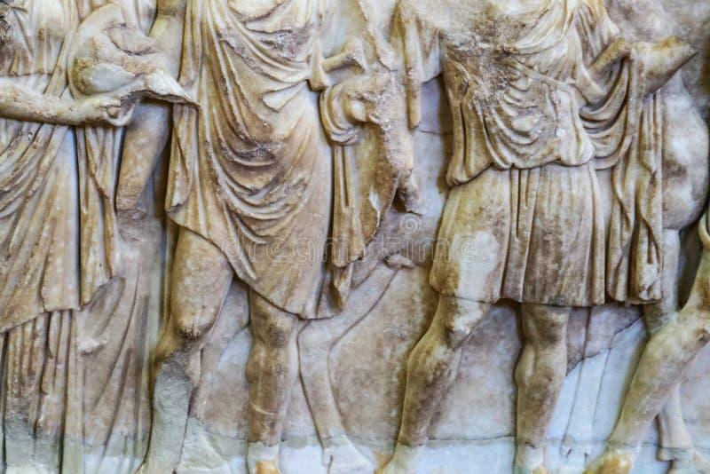 Ελληνικά άτομα στις τηβέννους - bas παλαιό και βρώμικο μάρμαρο γλυπτικής ανακούφισης - από την αρχαία καταστροφή στην Ελλάδα - κο στοκ εικόνες με δικαίωμα ελεύθερης χρήσης