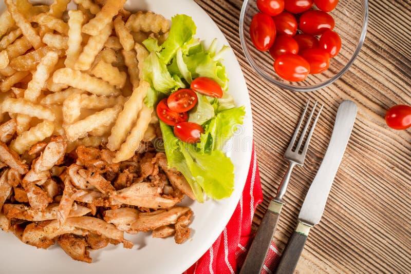 Ελληνικά γυροσκόπια DIS με τα τηγανητά και τη σαλάτα στοκ εικόνα με δικαίωμα ελεύθερης χρήσης