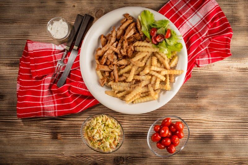 Ελληνικά γυροσκόπια DIS με τα τηγανητά και τη σαλάτα στοκ φωτογραφία