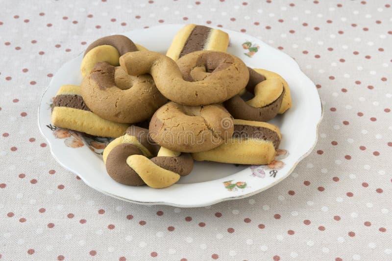 Ελληνικά διχρωματικά γλυκά μπισκότα στο άσπρο κύπελλο διαστιγμένος talbecloth στοκ φωτογραφία