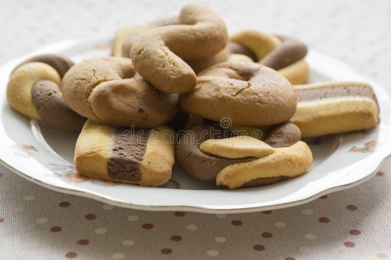 Ελληνικά διχρωματικά γλυκά μπισκότα στο άσπρο κύπελλο διαστιγμένος talbecloth στοκ φωτογραφία με δικαίωμα ελεύθερης χρήσης