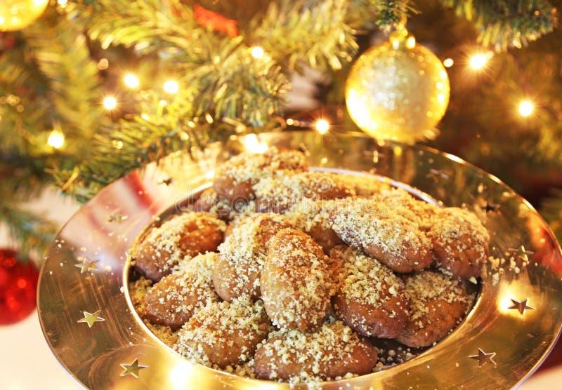 Ελληνικά μπισκότα Χριστουγέννων melomakarona παραδοσιακά με το μέλι και τα καρύδια στοκ εικόνα