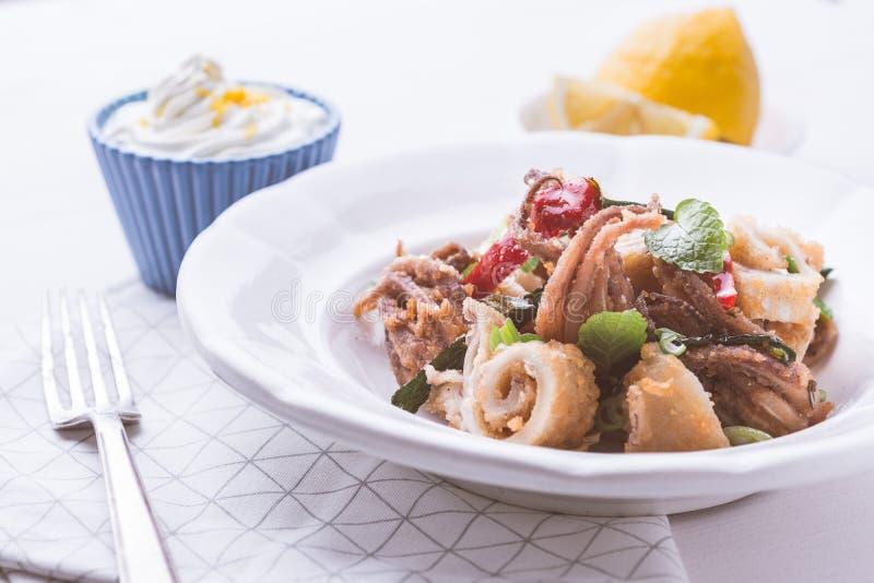 Ελληνικά τηγανισμένα καλαμάρια Calamari με το κόκκινο πιπέρι τσίλι και τη φρέσκια μέντα στοκ φωτογραφία με δικαίωμα ελεύθερης χρήσης