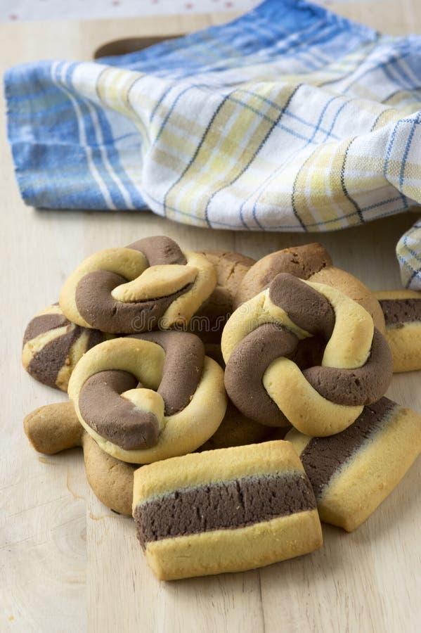 Ελληνική διχρωματική γλυκιά ξύλινη επιτροπή μπισκότων στοκ φωτογραφία