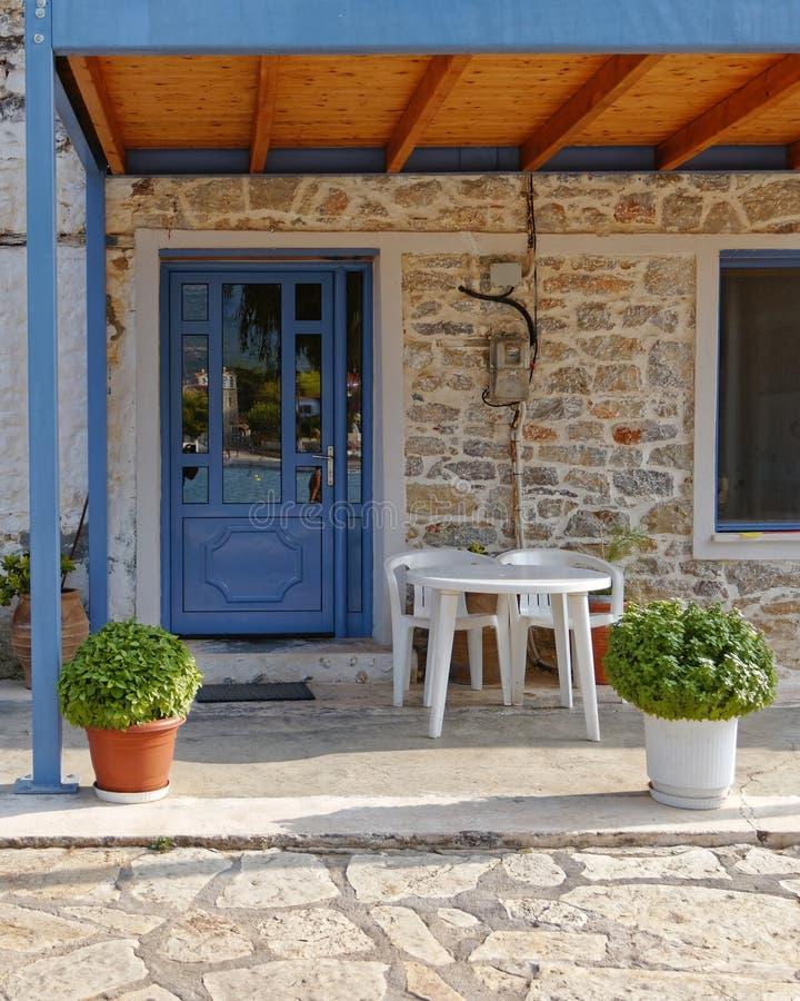 Ελληνική είσοδος σπιτιών νησιών με την μπλε πόρτα στοκ φωτογραφία