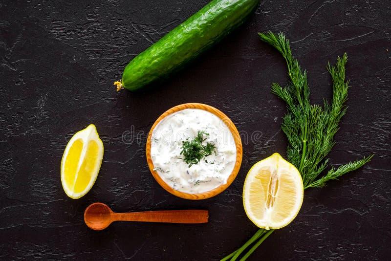 Ελληνική εμβύθιση γιαουρτιού με την πρασινάδα, αγγούρι, πορτοκάλια, σκόρδο στο μαύρο διάστημα αντιγράφων άποψης υποβάθρου τοπ στοκ φωτογραφίες με δικαίωμα ελεύθερης χρήσης