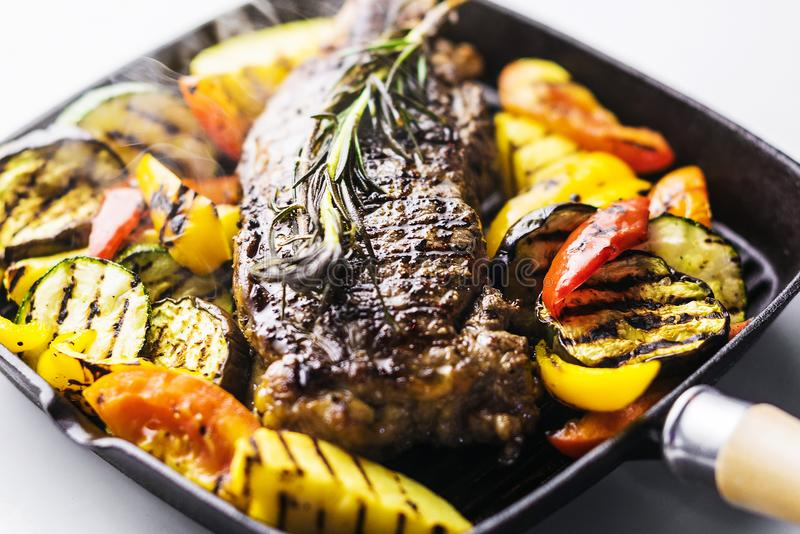 Ελληνική οργανική μπριζόλα αρνιών με τα λαχανικά και τα χορτάρια στο skillet στοκ φωτογραφίες με δικαίωμα ελεύθερης χρήσης