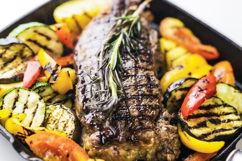 Ελληνική οργανική μπριζόλα αρνιών με τα λαχανικά και τα χορτάρια στο skillet στοκ εικόνες