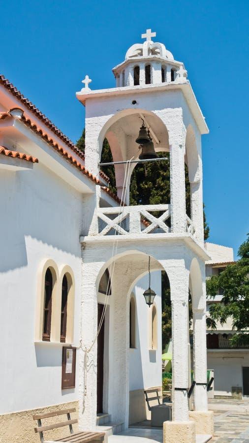Ελληνική Ορθόδοξη Εκκλησία και ένας πύργος κουδουνιών στην παλαιά πόλη Skiathos, νησί Skiathos στοκ φωτογραφία