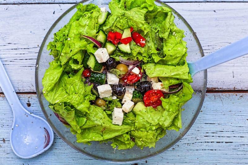 Ελληνική σαλάτα, μαρούλι, φέτα, χορτοφάγος, επιλογές, τοπ άποψη, διάστημα αντιγράφων στοκ εικόνα