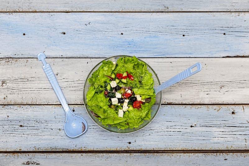 Ελληνική σαλάτα, μαρούλι, φέτα, χορτοφάγος, επιλογές, τοπ άποψη, διάστημα αντιγράφων στοκ εικόνες