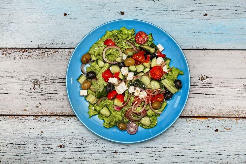 Ελληνική σαλάτα, μεσογειακό μαγείρεμα, ελιές, φέτα, τοπ άποψη, διάστημα αντιγράφων στοκ φωτογραφία με δικαίωμα ελεύθερης χρήσης