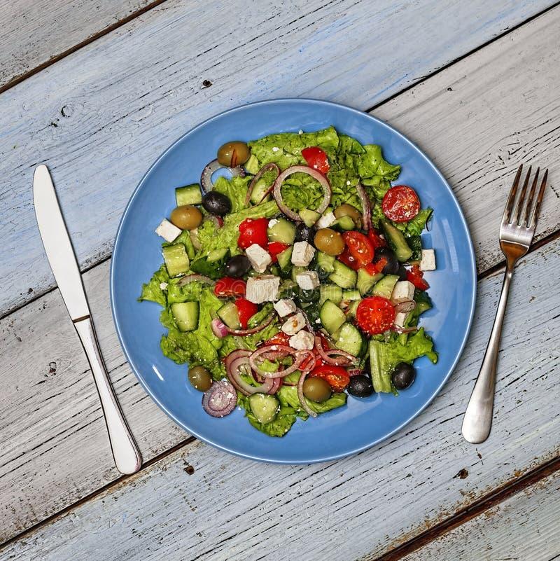 Ελληνική σαλάτα, μεσογειακό μαγείρεμα, ελιές, φέτα, τοπ άποψη, διάστημα αντιγράφων στοκ εικόνα με δικαίωμα ελεύθερης χρήσης