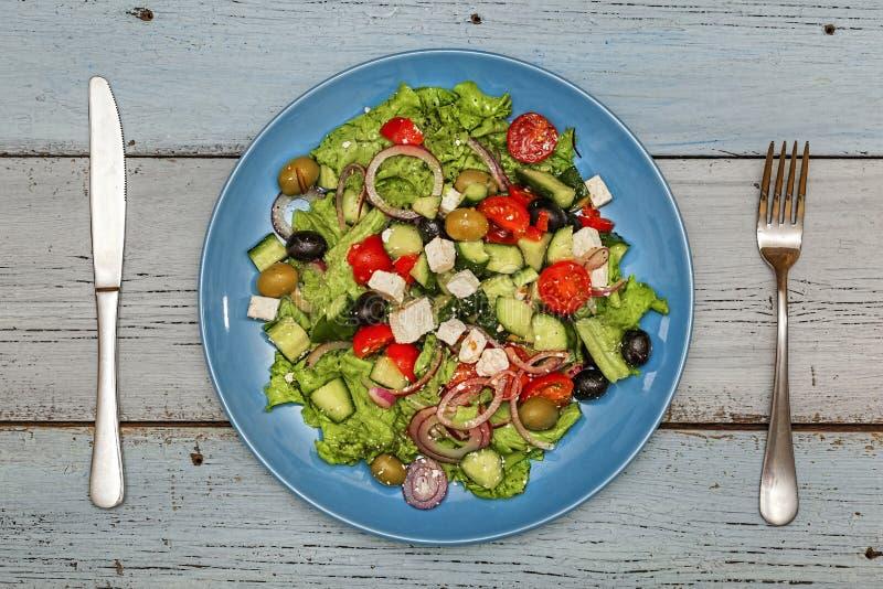 Ελληνική σαλάτα, μεσογειακό μαγείρεμα, ελιές, φέτα, τοπ άποψη, διάστημα αντιγράφων στοκ φωτογραφίες