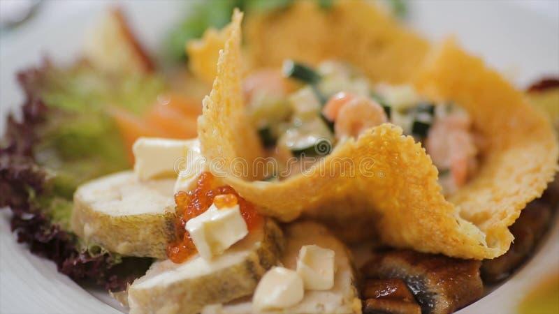 Ελληνική σαλάτα με τα φρέσκα λαχανικά, το τυρί φέτας και τις μαύρες ελιές λευκό πιάτων Εκλεκτική εστίαση στενή σαλάτα επάνω στοκ εικόνα