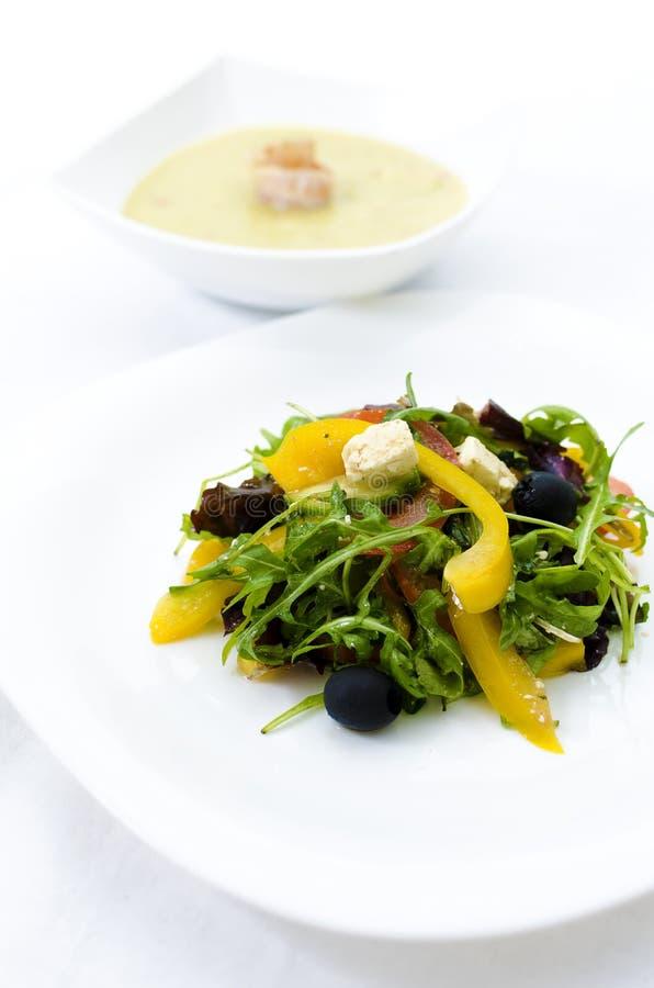 Ελληνική σαλάτα με τη σούπα κρέμας μπρόκολου στοκ φωτογραφίες με δικαίωμα ελεύθερης χρήσης
