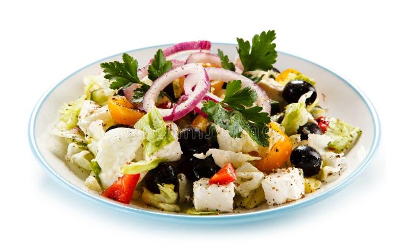 Ελληνική σαλάτα στο άσπρο υπόβαθρο στοκ εικόνες