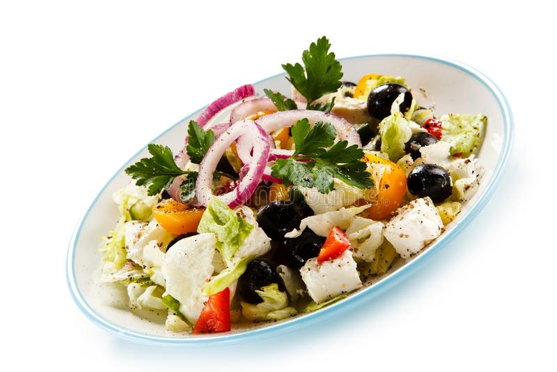 Ελληνική σαλάτα στο άσπρο υπόβαθρο στοκ φωτογραφία