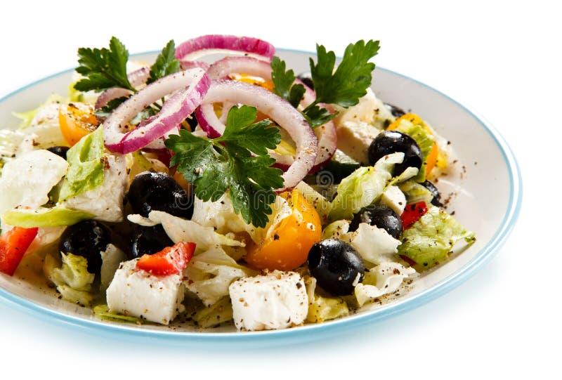 Ελληνική σαλάτα στο άσπρο υπόβαθρο στοκ φωτογραφία με δικαίωμα ελεύθερης χρήσης