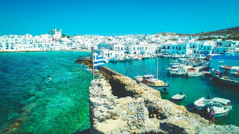 Ελληνική σημαία στις καταστροφές του ενετικού Castle, Naoussa, Paros, Ελλάδα στοκ εικόνες