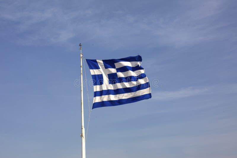 Ελληνική σημαία στο υπόβαθρο μπλε ουρανού ακρόπολη Αθήνα Ελλάδα Μια γιγαντιαία ελληνική σημαία στην αθηναϊκή ακρόπολη Η εθνική ση στοκ εικόνες με δικαίωμα ελεύθερης χρήσης
