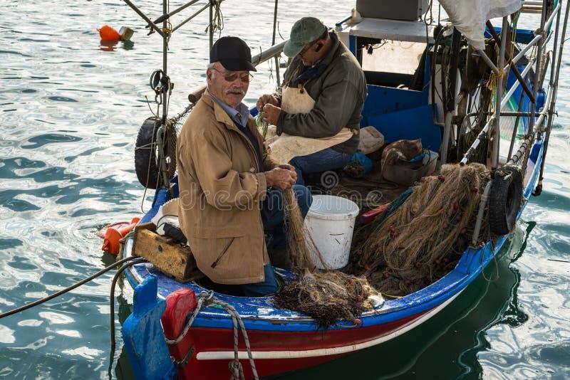 Ελληνικοί ψαράδες σε Katakolon, Ελλάδα στοκ εικόνες με δικαίωμα ελεύθερης χρήσης