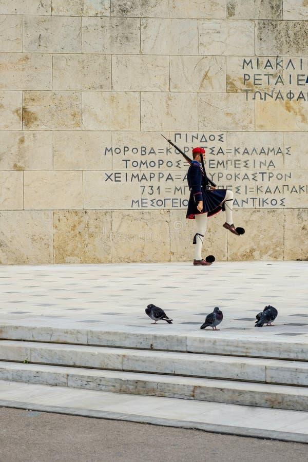 Ελληνικός στρατιώτης που εκτελεί την αλλαγή της τελετής φρουράς στοκ φωτογραφίες