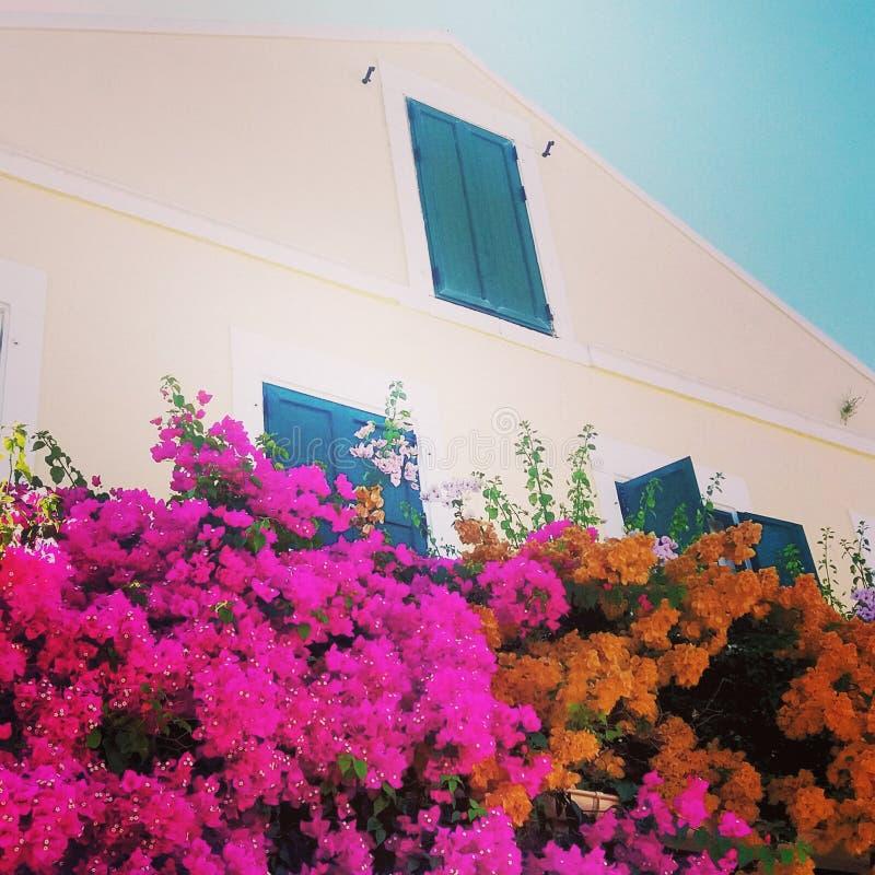 Ελληνικό κτήριο στο τέλος του καλοκαιριού στοκ φωτογραφία