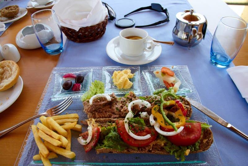 Ελληνικό μεσημεριανό γεύμα με το σάντουιτς τόνου στοκ εικόνες