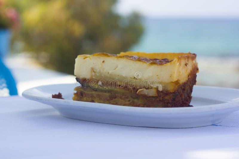 Ελληνικό παραδοσιακό moussaka στην παραλία στοκ φωτογραφίες