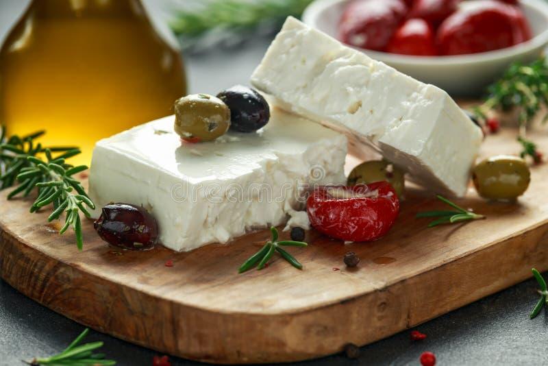 Ελληνικό τυρί φέτα με το θυμάρι, το δεντρολίβανο, τις ελιές και τα γεμισμένα κόκκινα πιπέρια κουδουνιών στοκ φωτογραφία με δικαίωμα ελεύθερης χρήσης