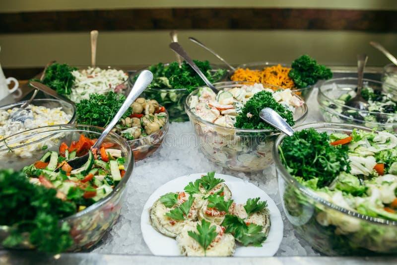 Ελληνικό υπόβαθρο τροφίμων Ελληνική σαλάτα, κατάταξη φέτας, ελιές και λαχανικά Παραδοσιακά ελληνικά πιάτα καθορισμένα στοκ φωτογραφία