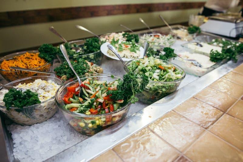 Ελληνικό υπόβαθρο τροφίμων Ελληνική σαλάτα, κατάταξη φέτας, ελιές και λαχανικά Παραδοσιακά ελληνικά πιάτα καθορισμένα στοκ φωτογραφίες