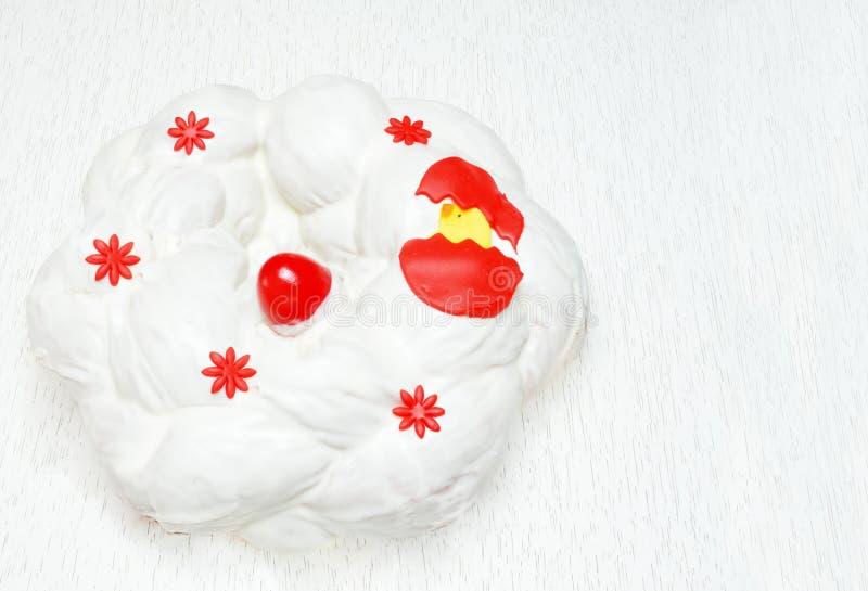 Ελληνικό ψωμί Πάσχας, tsoureki που καλύπτεται με το πάγωμα τυριών κρέμας στοκ εικόνα