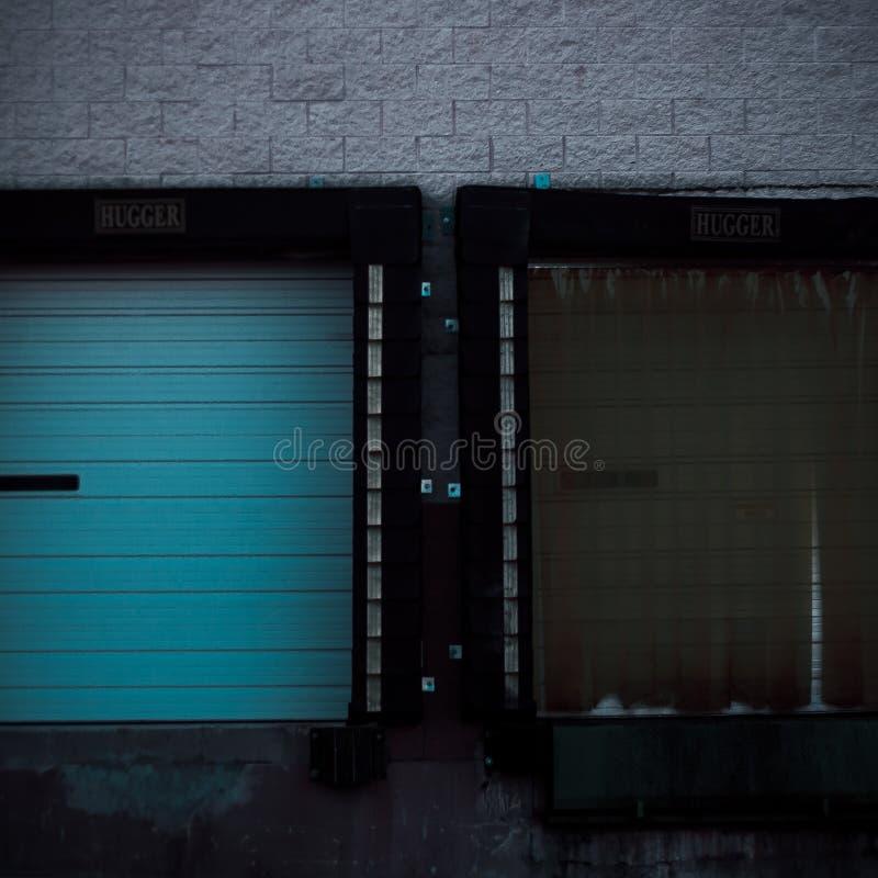 2 ελλιμενίζοντας πόρτες αποθηκών εμπορευμάτων στοκ εικόνες