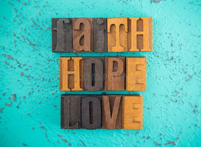 Ελπίδα και αγάπη πίστης που συλλαβίζουν στα ξύλινα καθορισμένα κεφαλαία γράμματα τύπων στοκ εικόνα με δικαίωμα ελεύθερης χρήσης