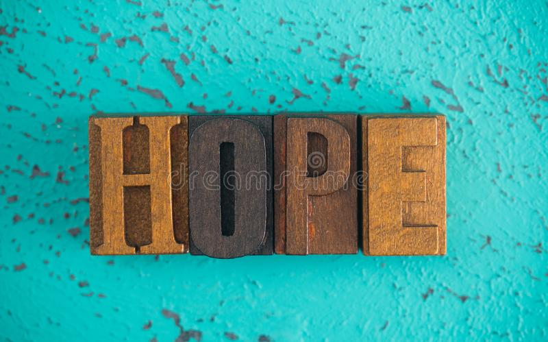 Ελπίδα που συλλαβίζουν στα ξύλινα καθορισμένα κεφαλαία γράμματα τύπων στοκ εικόνες με δικαίωμα ελεύθερης χρήσης