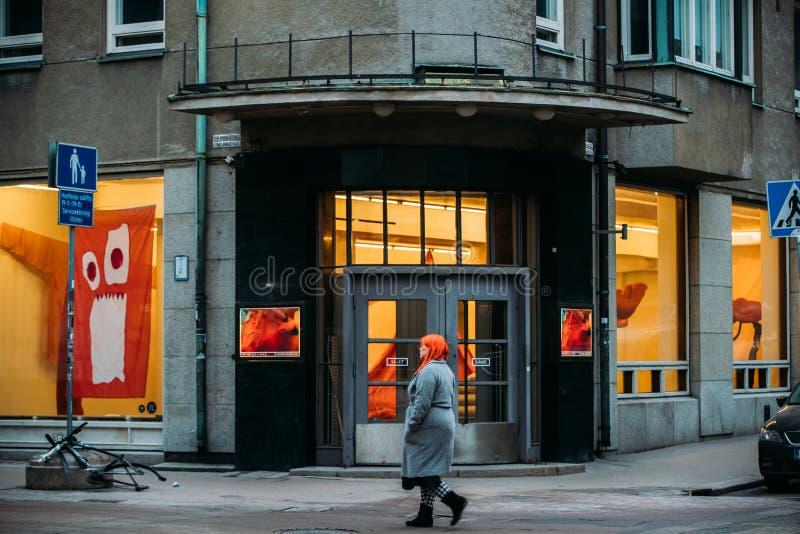 Ελσίνκι, Φινλανδία Γυναίκα που περπατά κοντά στην είσοδο σε Galleria Sinne στοκ εικόνες με δικαίωμα ελεύθερης χρήσης