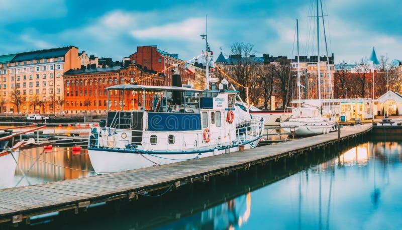 Ελσίνκι, Φινλανδία Σκάφος αναψυχής στο φωτισμό βραδιού στην αποβάθρα στοκ εικόνες