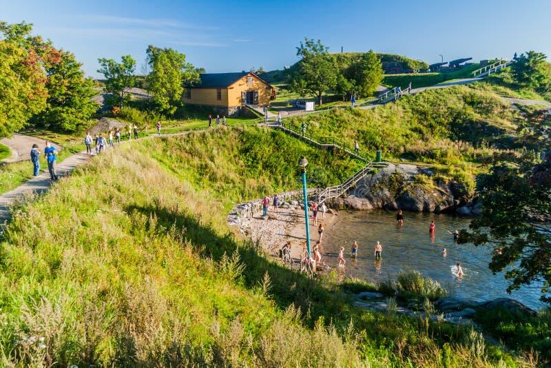ΕΛΣΙΝΚΙ, ΦΙΝΛΑΝΔΙΑ - 24 ΑΥΓΟΎΣΤΟΥ 2016: Οι άνθρωποι κολυμπούν σε Suomenlinna Sveaborg, νησί φρουρίων θάλασσας κοντά σε Helsin στοκ φωτογραφίες