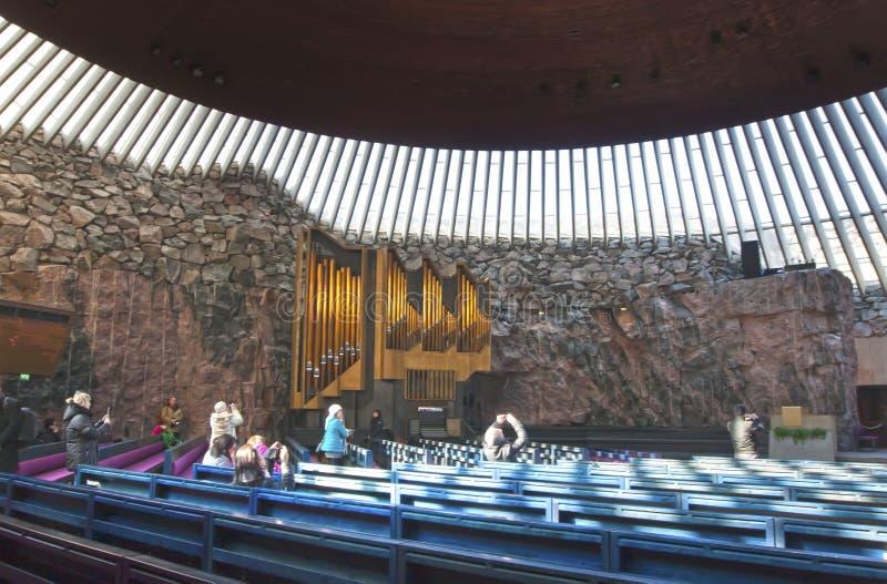 ΕΛΣΙΝΚΙ, ΦΙΝΛΑΝΔΙΑ - 17 ΜΑΡΤΊΟΥ 2013: οι τουρίστες φωτογραφίζουν την εκκλησία στο εσωτερικό βράχου στοκ εικόνες με δικαίωμα ελεύθερης χρήσης