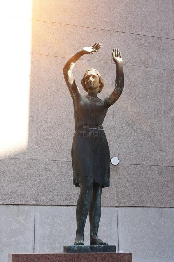 ΕΛΣΙΝΚΙ, ΦΙΝΛΑΝΔΙΑ - 17 ΜΑΡΤΊΟΥ 2013: ` Sarastus ` ` Dawn ` σμιλεύει το κορίτσι που καλύπτεται από τον ήλιο κοντά στη National Ba στοκ φωτογραφία
