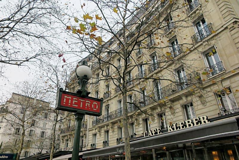 Εμβληματικος σημάδι μετρό στο Παρίσι στοκ φωτογραφία