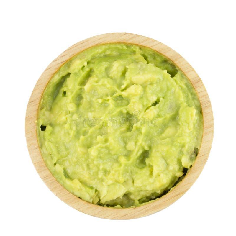 Εμβύθιση αβοκάντο ή guacamole στο ξύλινο κύπελλο που απομονώνεται στο άσπρο υπόβαθρο στοκ φωτογραφία με δικαίωμα ελεύθερης χρήσης