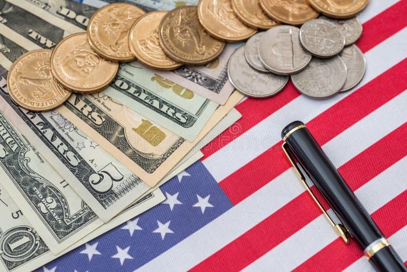Εμείς σημαιοστολίζουμε και τα νομίσματα σεντ, έννοια εθνικισμού στοκ εικόνες