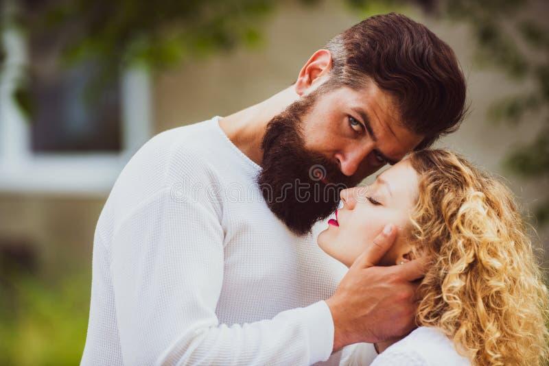 Εμπαθής αγάπη Ζεύγος στο αναδρομικό παλαιό ύφος Όμορφο νέο ζεύγος που περιμένει να φιλήσει Εμπαθές άτομο που φιλά ήπια στοκ εικόνες